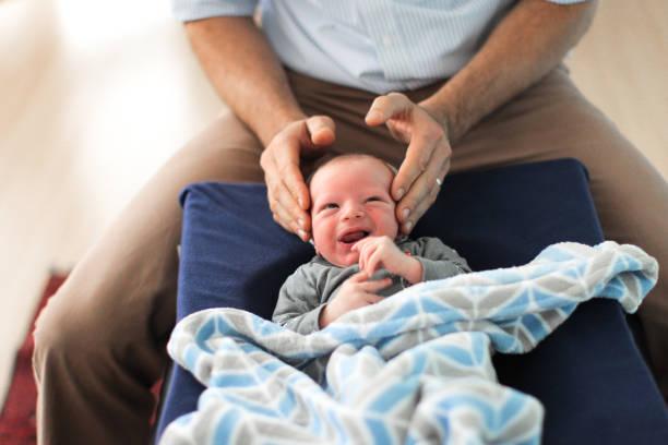Ostéopathe qui manipule un nourrisson