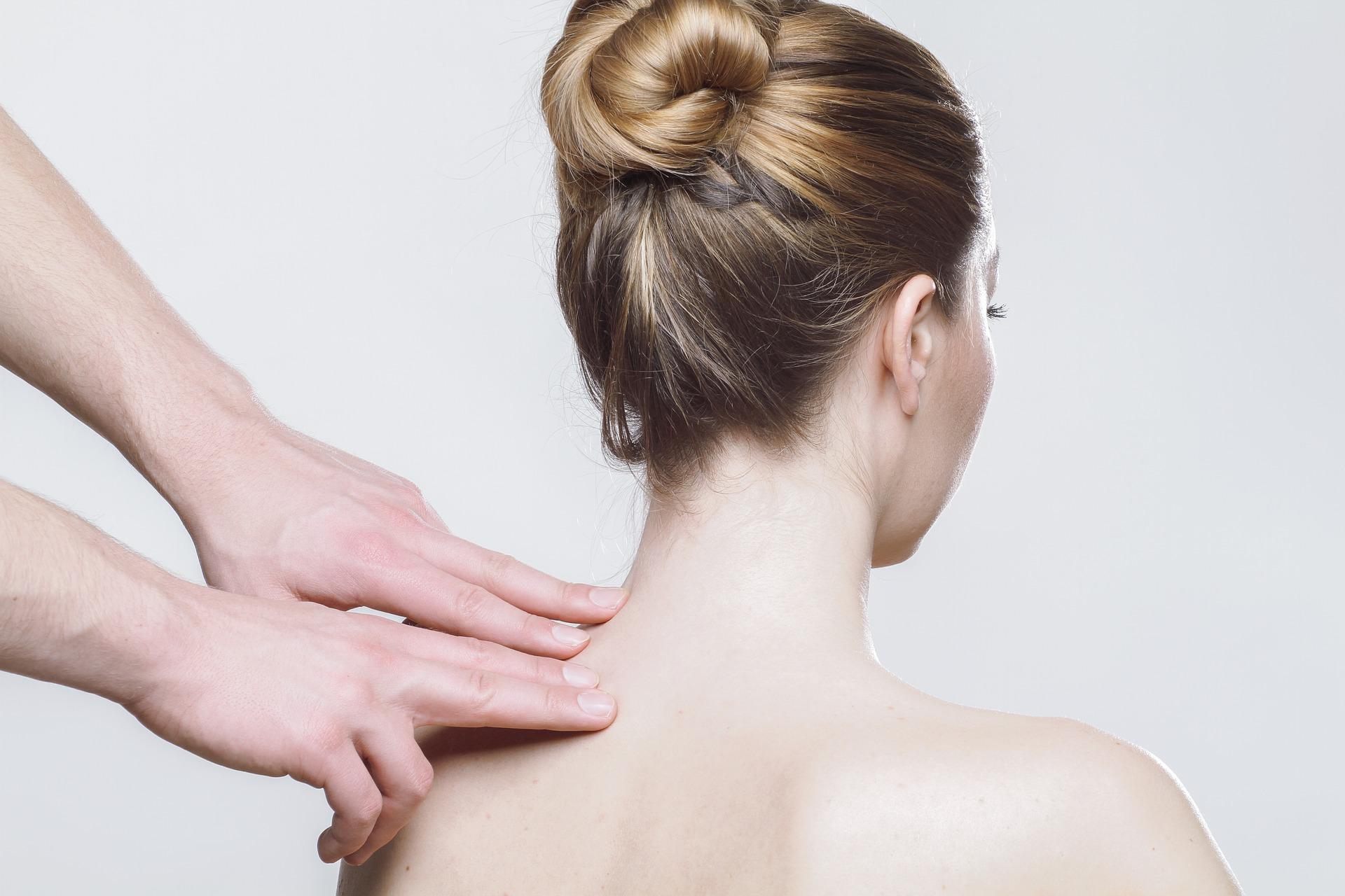 Massage du dos d'une femme par acupressure
